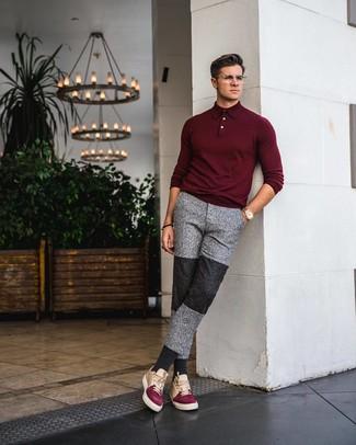 Come indossare e abbinare: maglia  a polo bordeaux, pantaloni sportivi grigi, sneakers basse in pelle multicolori, orologio dorato
