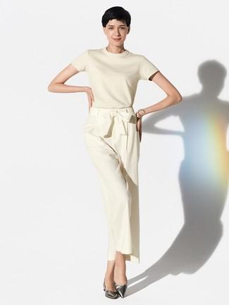 Come indossare: maglione a maniche corte beige, pantaloni larghi beige, ballerine in pelle argento, bracciale argento