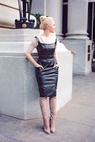 Come indossare: maglione a maniche corte beige, scamiciato in pelle nero, stivali sopra il ginocchio in pelle scamosciata beige