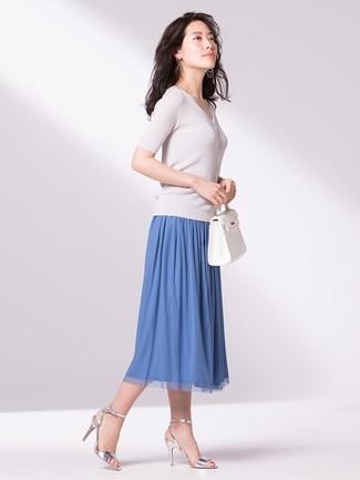 Come indossare: maglione a maniche corte bianco, gonna longuette a pieghe blu, sandali con tacco in pelle argento, borsa shopping in pelle bianca
