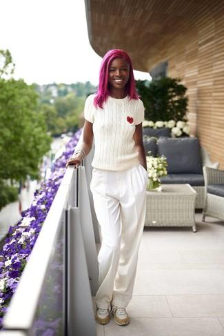 Come indossare e abbinare scarpe sportive bianche: Prova a combinare un maglione a maniche corte bianco con pantaloni larghi bianchi e sarai un vero sballo. Scarpe sportive bianche renderanno il tuo look davvero alla moda.