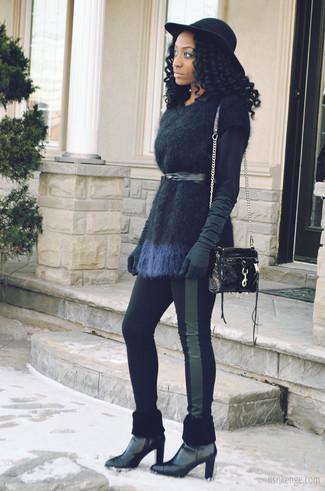 Mostra il tuo stile in un maglione a maniche corte con leggings a righe verticali neri per le giornate pigre. Rifinisci il completo con un paio di stivaletti in pelle neri.