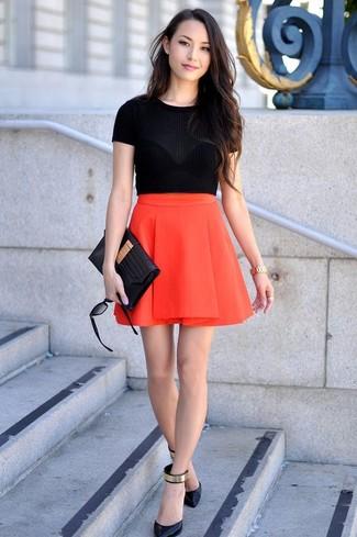Un maglione a maniche corte e una gonna a pieghe rossa trasmettono una sensazione di semplicità e spensieratezza. Per le calzature, scegli lo stile classico con un paio di décolleté in pelle neri e dorati.
