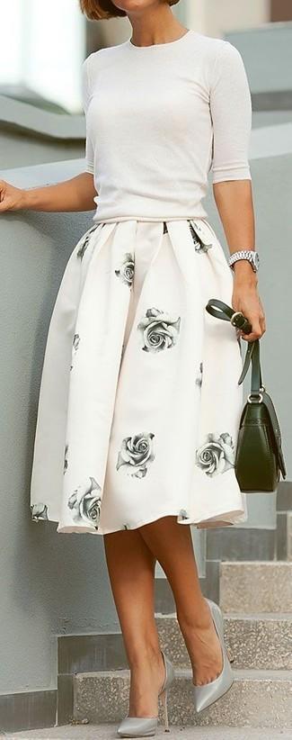 Come indossare: maglione a maniche corte bianco, gonna a ruota a fiori bianca, décolleté in pelle grigi, borsa a tracolla in pelle verde oliva