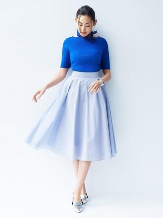Per un outfit quotidiano pieno di carattere e personalità, indossa un maglione a maniche corte e una gonna a ruota azzurra. Mostra il tuo gusto per le calzature di alta classe con un paio di mocassini eleganti in pelle argento.