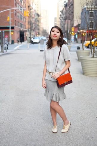 Indossa un maglione a maniche corte con una gonna tubino grigia per un look raffinato per il tempo libero. Mostra il tuo gusto per le calzature di alta classe con un paio di scarpe oxford in pelle beige.