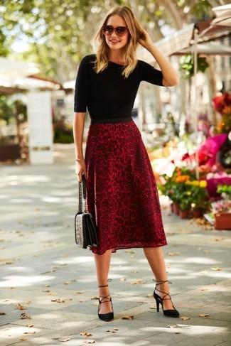 Come indossare: maglione a maniche corte nero, gonna longuette leopardata rossa, décolleté in pelle scamosciata neri, cartella in pelle trapuntata nera