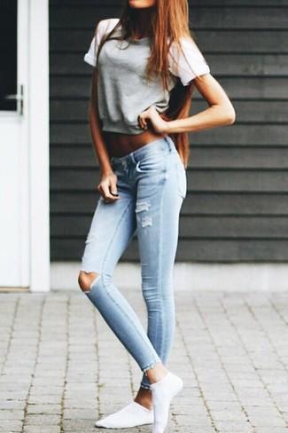 Un maglione a maniche corte e jeans aderenti strappati azzurri sono un fantastico outfit da sfoggiare per il tuo guardaroba.