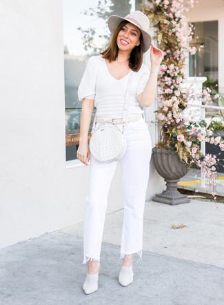 Come indossare: maglione a maniche corte bianco, jeans a campana bianchi, sabot in pelle bianchi, borsa a tracolla in pelle bianca