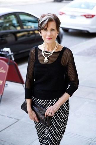 Come indossare e abbinare: maglione a maniche corte nero, pantaloni stretti in fondo a pois neri e bianchi, pochette in pelle nera, collana con perline bianca