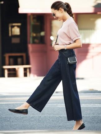 Come indossare: maglione a maniche corte rosa, pantaloni larghi di jeans blu scuro, ballerine in pelle nere, borsa a tracolla in pelle nera