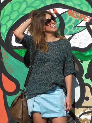 Come indossare e abbinare una minigonna azzurra: Punta su un maglione a maniche corte verde scuro e una minigonna azzurra per affrontare con facilità la tua giornata.