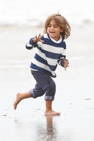 Come indossare: maglione a righe orizzontali bianco e blu scuro, pantaloni sportivi blu scuro