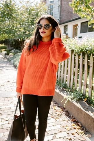 Come indossare: maglione a trecce lavorato a maglia arancione, leggings neri, borsa shopping in pelle nera, occhiali da sole neri