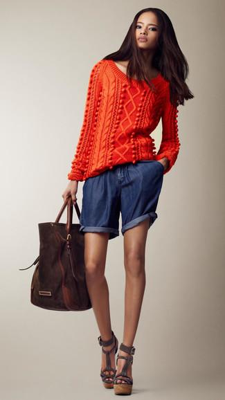Come indossare e abbinare: maglione a trecce arancione, pantaloncini di jeans blu scuro, sandali con zeppa in pelle scamosciata grigio scuro, borsa shopping in pelle scamosciata marrone scuro