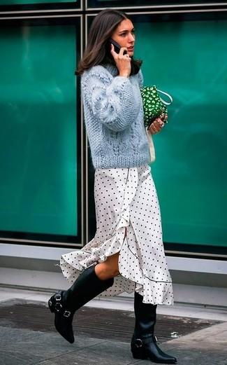 Come indossare e abbinare: maglione a trecce azzurro, vestito longuette a pois bianco e nero, stivali al ginocchio in pelle neri, pochette di tela verde