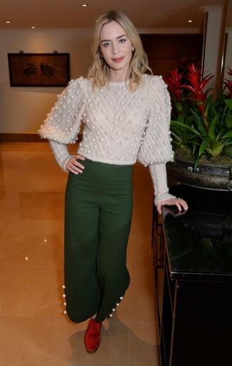 Come indossare: maglione a trecce beige, pantaloni larghi verde scuro, scarpe oxford in pelle scamosciata rosse