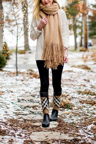 Come indossare: maglione a trecce bianco, leggings neri, stivali di gomma scozzesi neri, sciarpa marrone chiaro