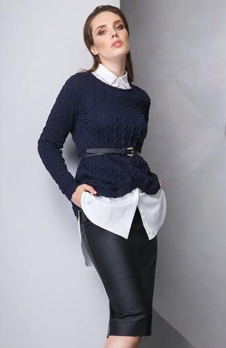 Come indossare: maglione a trecce blu scuro, camicia elegante bianca, gonna a tubino in pelle nera, cintura a vita alta in pelle nera