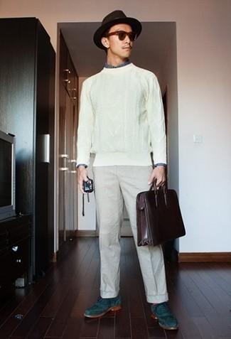 Trend da uomo 2020 in primavera 2021: Potresti abbinare un maglione a trecce bianco con chino beige per un look trendy e alla mano. Prova con un paio di scarpe brogue in pelle scamosciata foglia di tè per dare un tocco classico al completo. Un outfit splendido per essere cool e assolutamente alla moda anche durante la stagione transitoria.