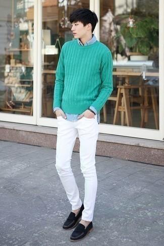 Trend da uomo 2020: Scegli un outfit composto da un maglione a trecce verde e jeans aderenti bianchi per un pranzo domenicale con gli amici. Perché non aggiungere un paio di mocassini eleganti in pelle scamosciata blu scuro per un tocco di stile in più?