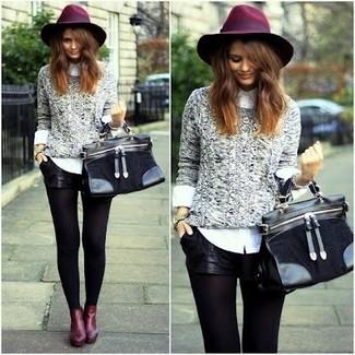 Come indossare: maglione a trecce grigio, camicia elegante bianca, pantaloncini in pelle neri, stivaletti in pelle bordeaux