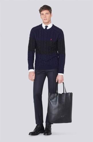 Come indossare e abbinare: maglione a trecce blu scuro, camicia elegante bianca, pantaloni eleganti neri, stivali casual in pelle neri