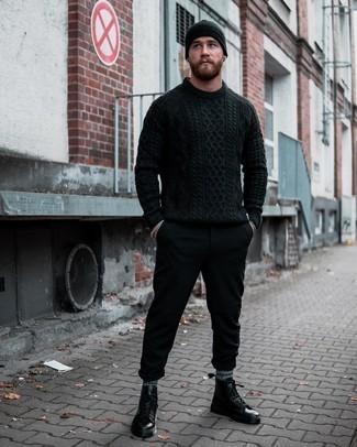 Moda uomo anni 20: Scegli un maglione a trecce nero e chino neri per un pranzo domenicale con gli amici.