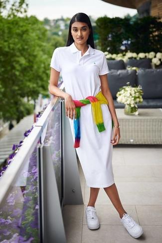 Come indossare: maglione a trecce effetto tie-dye multicolore, vestito chemisier bianco, sneakers basse in pelle bianche