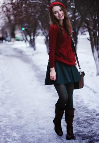 Scegli un outfit rilassato in un maglione a trecce rosso e una gonna a pieghe foglia di tè. Impreziosisci il tuo outfit con un paio di stivali al ginocchio in pelle marrone scuro.