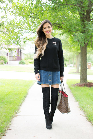 Come indossare: maglione a trecce nero, gonna con bottoni di jeans blu, stivali sopra il ginocchio in pelle scamosciata neri, borsa shopping in pelle a quadri marrone