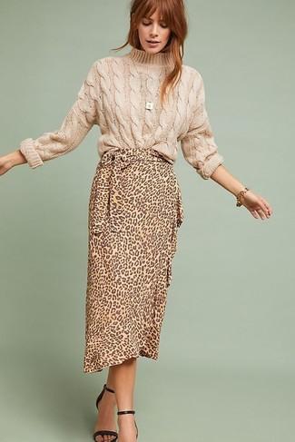 Come indossare e abbinare: maglione a trecce beige, gonna longuette leopardata marrone chiaro, sandali con tacco in pelle neri, bracciale dorato