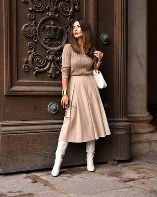 Come indossare e abbinare: maglione a trecce marrone chiaro, gonna longuette a pieghe beige, stivali al ginocchio in pelle bianchi, cartella in pelle trapuntata bianca