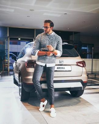 Come indossare e abbinare: maglione a trecce grigio, camicia a maniche lunghe bianca, pantaloni eleganti di lana grigi, sneakers basse in pelle stampate bianche