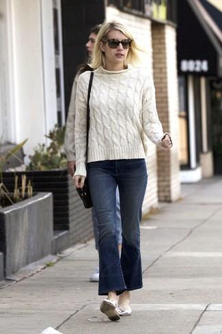 Come indossare: maglione a trecce bianco, jeans a campana blu scuro, ballerine in pelle argento, borsa a tracolla in pelle nera