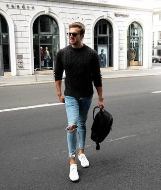 Come indossare e abbinare un maglione a trecce nero: Combina un maglione a trecce nero con jeans aderenti strappati azzurri per una sensazione di semplicità e spensieratezza. Scegli un paio di sneakers basse bianche come calzature per un tocco virile.