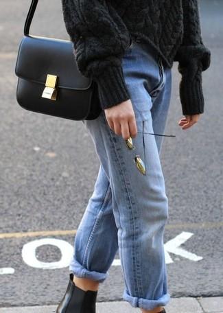 Come indossare: maglione a trecce nero, jeans boyfriend azzurri, stivali chelsea in pelle neri, borsa a tracolla in pelle nera