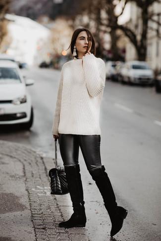 Come indossare e abbinare: maglione a trecce bianco, leggings in pelle neri, stivali sopra il ginocchio in pelle scamosciata neri, borsa a tracolla in pelle trapuntata nera