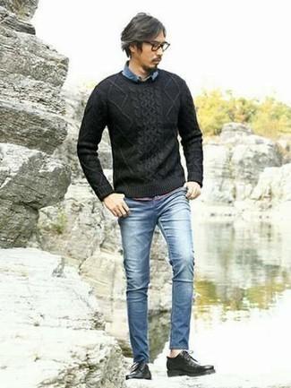 Come indossare e abbinare un maglione a trecce nero: Un maglione a trecce nero e jeans aderenti blu si adattano perfettamente a ogni genere di attività per il weekend. Indossa un paio di scarpe derby in pelle nere per mettere in mostra il tuo gusto per le scarpe di alta moda.