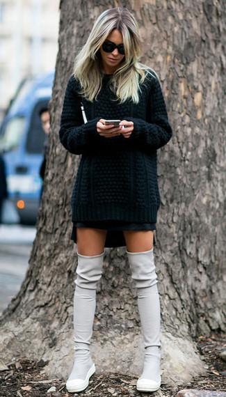 Come indossare: maglione a trecce nero, minigonna nera, stivali sopra il ginocchio in pelle scamosciata grigi