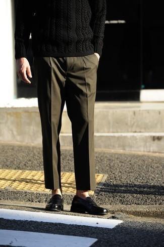Come indossare e abbinare un maglione a trecce nero: Combina un maglione a trecce nero con pantaloni eleganti verde oliva per un look elegante e alla moda. Ispirati all'eleganza di Luca Argentero e completa il tuo look con un paio di mocassini eleganti in pelle neri.