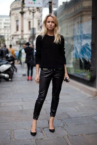 Come indossare: maglione a trecce nero, pantaloni skinny in pelle neri, décolleté in pelle scamosciata neri