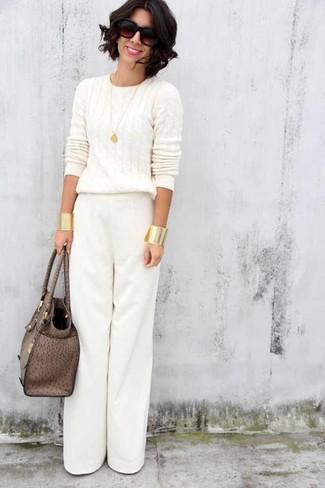 Come indossare e abbinare una borsa shopping in pelle marrone: Scegli un outfit rilassato in un maglione a trecce bianco e una borsa shopping in pelle marrone.