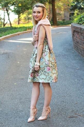 Come indossare: maglione a trecce rosa, vestito svasato a fiori verde menta, décolleté in pelle beige, bracciale bianco