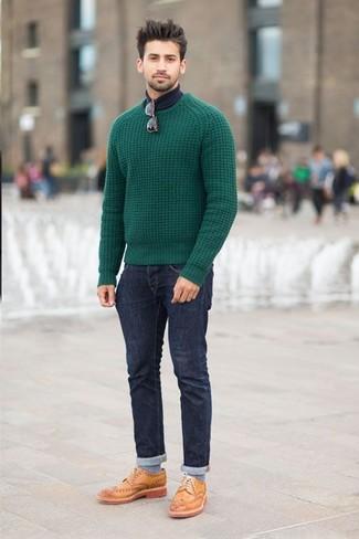 Combina un maglione a trecce verde con jeans blu scuro per un look raffinato per il tempo libero. Scarpe brogue in pelle marrone chiaro daranno lucentezza a un look discreto.