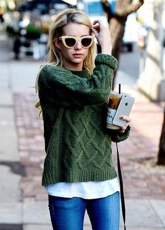 Come indossare e abbinare: maglione a trecce verde scuro, t-shirt girocollo bianca, jeans aderenti blu, occhiali da sole gialli