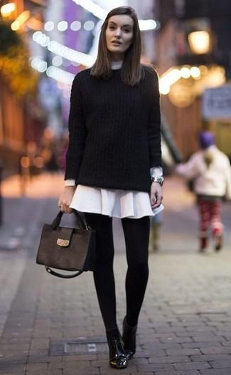 Come indossare: maglione a trecce nero, vestito chemisier bianco, stivaletti in pelle neri, cartella in pelle nera