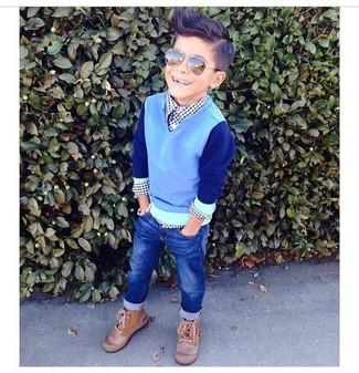 Come indossare: maglione azzurro, camicia a maniche lunghe blu scuro, jeans blu scuro, stivali marrone chiaro