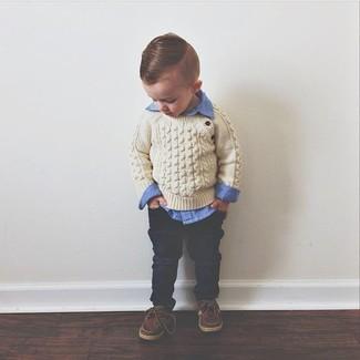 Come indossare: maglione beige, camicia a maniche lunghe blu, jeans blu scuro, scarpe da barca marroni