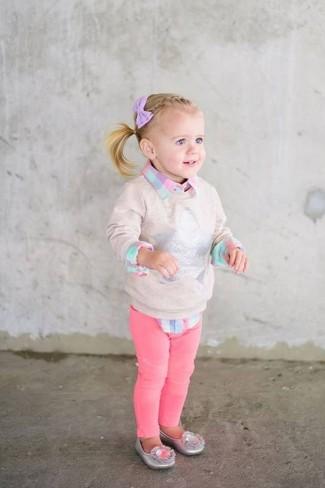 Come indossare: maglione beige, camicia a maniche lunghe a quadri rosa, jeans fucsia, ballerine argento